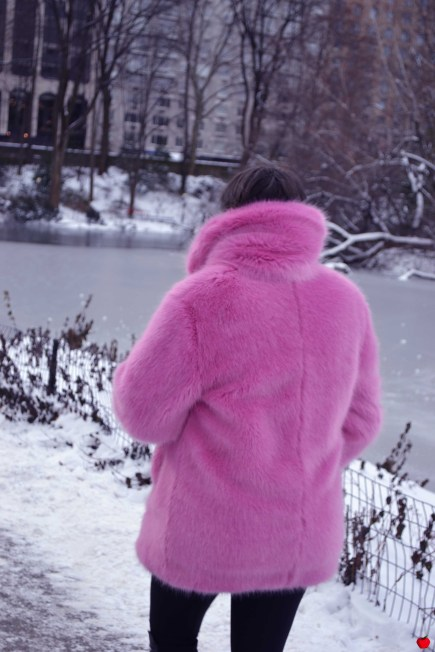 7-premieres-neiges-new-york-manteau-rose-fourrure-pomme