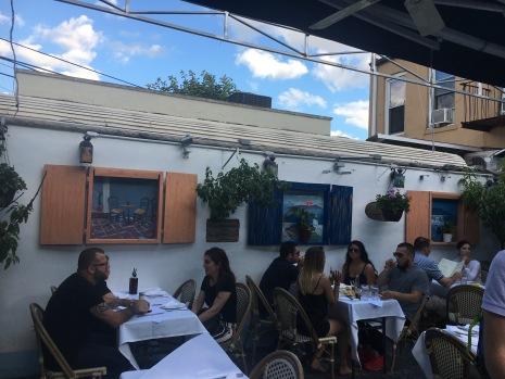 balade-astoria-ditmars-boulevard-Loukoumi-taverna-patio