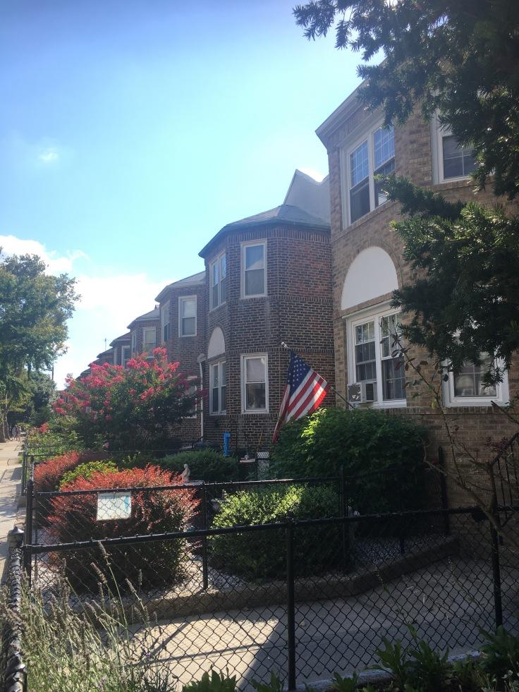 balade-astoria-ditmars-jardin-drapeau